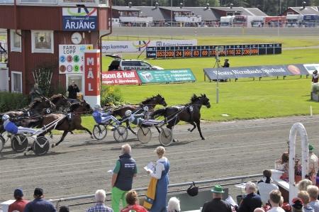 Det blev en tuff uppgörelse ända in i mål i lopp 6 men segrade gjorde Thomas Uhrberg igen, nu med hästen Conrads Definitif.