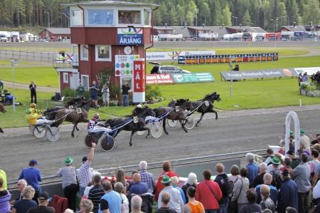 Vinnare i Erik Perssons Memorial 2016 är Steinfaks med Geir Vegard Gundersen i sulkyn.