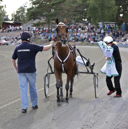 Beverly Boulevard med Johnny Takter i sulkyn vann lopp 8 - Hall of Fame.