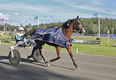 Thomas Uhrberg vann lopp 10 med Västerbo Exact, Thomas Uhrbergs tredje vinst den här dagen.