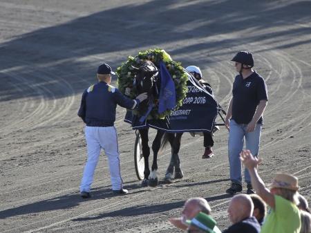 Stefan Melander möter sin stjärnhäst Nuncio efter segern i Årjängs Stora Sprinterlopp 2016.