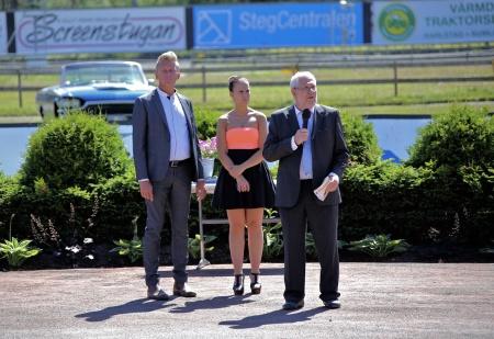 Alf Albinsson, ordförande i Nordmarkens Travsällskap, hälsade alla välkomna till Årjängstravet.
