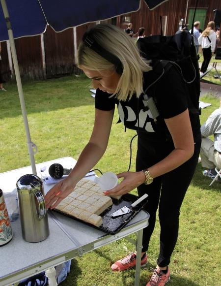 Sara Johansson kunde inte motstå den goda kakan som serverades till kaffet.