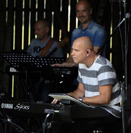 Göran Nilsson - bas, David Åström - keyboard m m, Stig Lindell - piano.