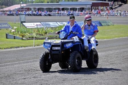 MP Maskin & Motor i Holmedal körde i kortege med kuskarna i Årjängs Stora Sprinterlopp - här kommer Torbjörn Jansson.