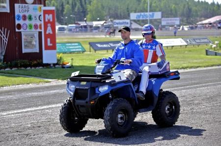 MP Maskin & Motor i Holmedal körde i kortege med kuskarna i Årjängs Stora Sprinterlopp - här kommer Claes Svensson.