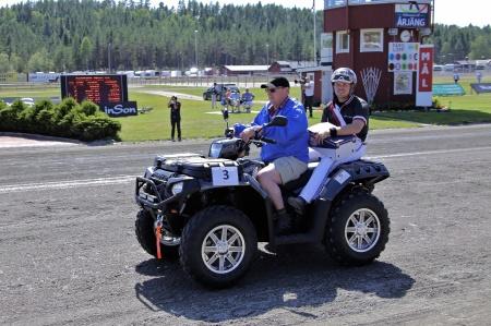 MP Maskin & Motor i Holmedal körde i kortege med kuskarna i Årjängs Stora Sprinterlopp - här kommer Adrian Kolgjini.