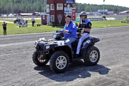MP Maskin & Motor i Holmedal körde i kortege med kuskarna i Årjängs Stora Sprinterlopp - här kommer Per Lennartsson.
