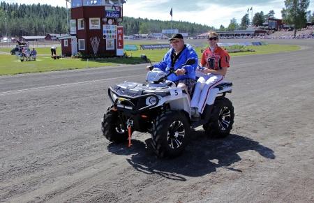 MP Maskin & Motor i Holmedal körde i kortege med kuskarna i Årjängs Stora Sprinterlopp - här kommer Johan Untersteiner.