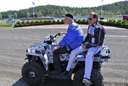 MP Maskin & Motor i Holmedal körde i kortege med kuskarna i Årjängs Stora Sprinterlopp - här kommer Ulf Ohlsson.