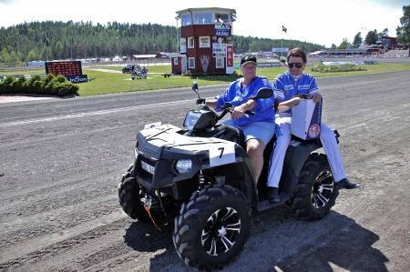 MP Maskin & Motor i Holmedal körde i kortege med kuskarna i Årjängs Stora Sprinterlopp - här kommer Erik Adielsson.