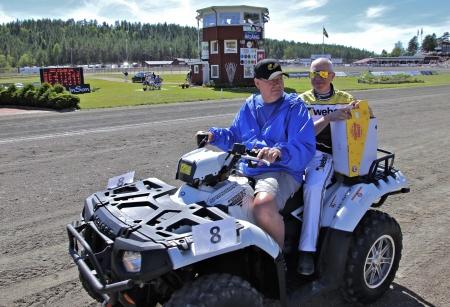 MP Maskin & Motor i Holmedal körde i kortege med kuskarna i Årjängs Stora Sprinterlopp - här kommer Örjan Kihlström.