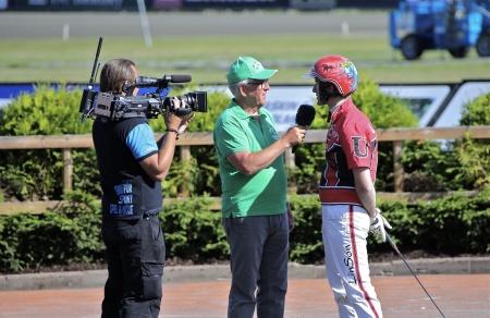 Johan Untersteiner intervjuas efter segern med Magic Tonight i Årjängs Stora Sprinterlopp.