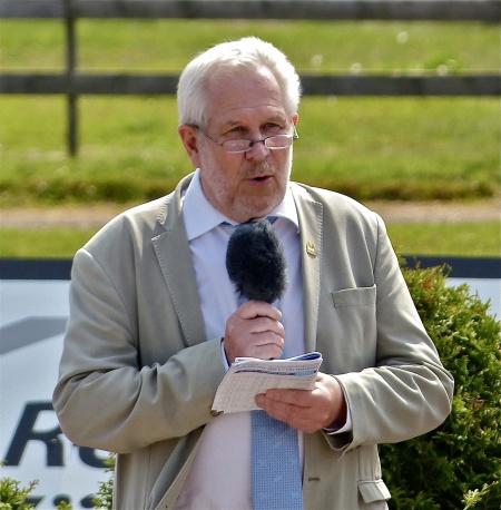 Alf Albinsson ordförande i Nordmarkens Travsällskap hälsade alla välkomna till Årjängstravet.