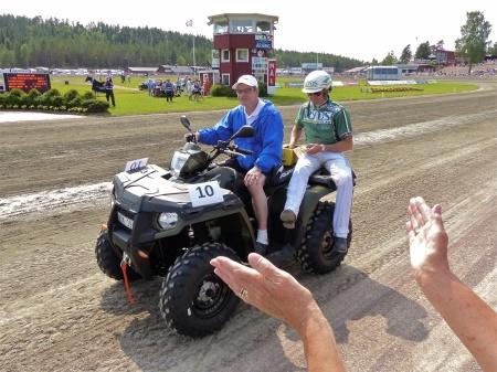 Kuskarna i Årjängs Stora Sprinterlopp kördes i kortege på fyrhjulingar från MP Maskin & Motor i Holmedal.
