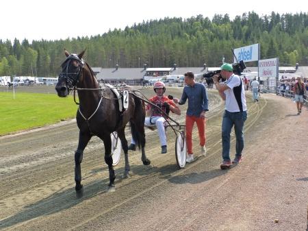 Vinnande ekipage i V75-1, Johnny B. Kemp med kusken Johan Untersteiner.