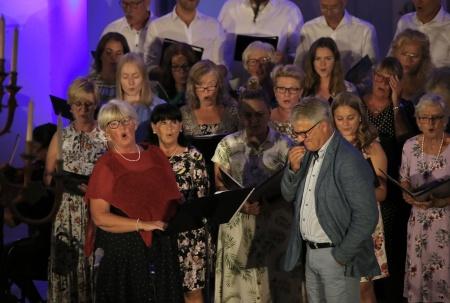 Kerstin Wallmyr och kören Con Brio framförde en hyllningssång till Owe Lindström, grundaren av Allsköns Musik.