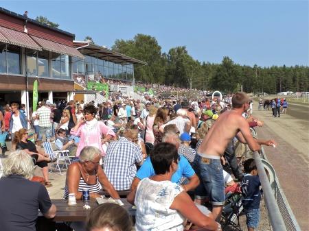 Spänningen stiger i publiken inför dagens höjdpunkt - Årjängs Stora Sprinterlopp.