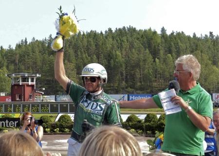 Åke Svanstedt hyllas efter segern i Årjängs Stora Sprinterlopp 2013 med hästen Sebastian K.
