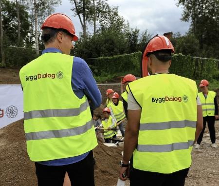 Samhällsbyggnadschefen Peter Månsson och Fastighetsingenjören och Projektledaren Hussein Zeki övervakade så att arbetet med första spadtaget utfördes på rätt sätt.