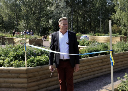 Kommunstyrelsens ordförande Daniel Schützer höll invigningstalet, där han hyllade alla som arbetat med att skapa Fjärilsparken.