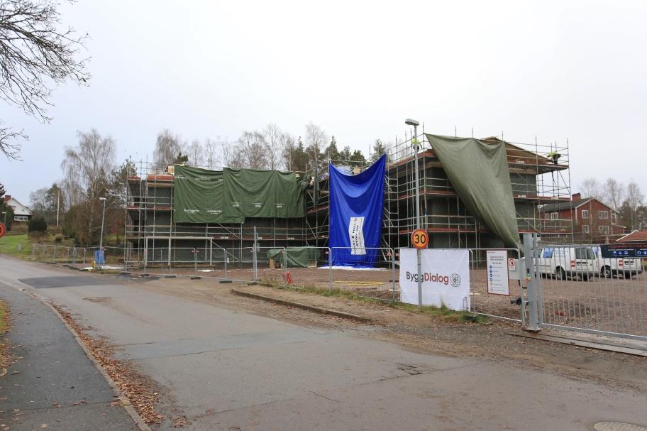 14 november 2019 - Nu läggs taket på Förskolan Regnbågen.