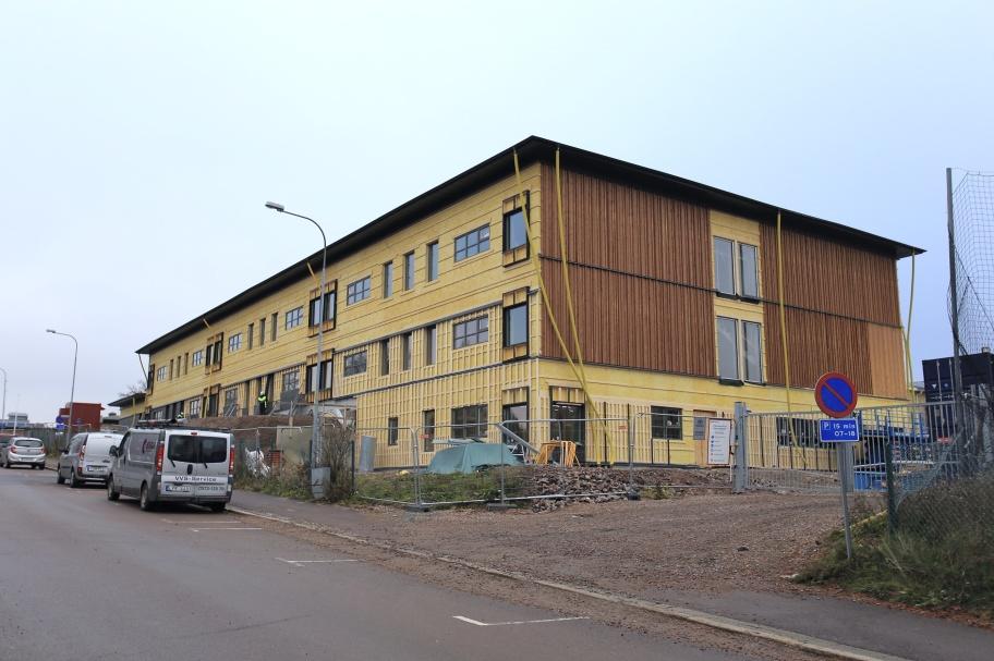 14 november 2019 - Låg- och mellanstadieskolan förses med fasadbeklädnad.