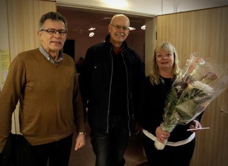 Kommunala musikskolans chef Carina Sonesson-Olsson fick ta emot gratulationer, när Musikskolan bjöd in till 30-års kalas. På bilden är det Rune Wallmyr och Lennart Olsson från Svenska kyrkan Nordmarkens Pastorat som uppvaktar med blommor.