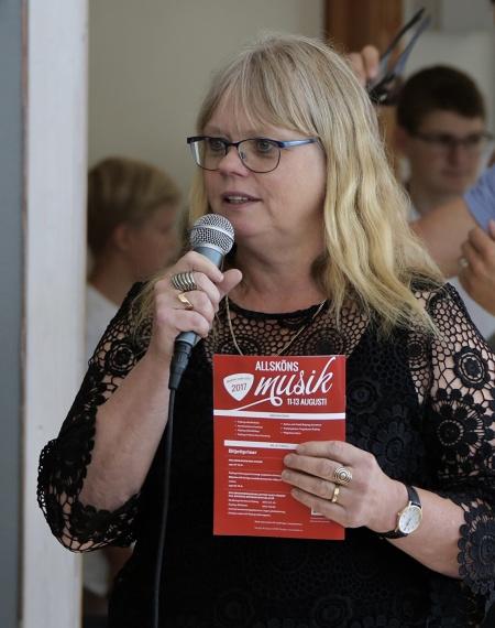 Carina Sonesson-Olsson, musikledare vid Årjängs kommunala musikskola, hälsade alla välkomna till lunchmusiken.