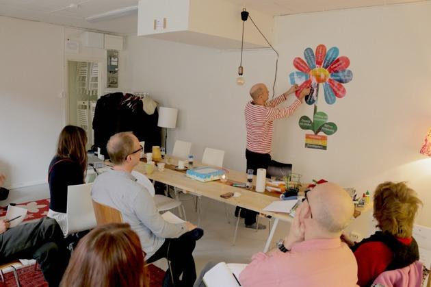 Erik Kropf bygger en permakulturblomma på väggen.