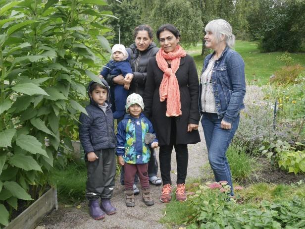 I Biskopsgården driver ett gäng grannar en odling som både bidrar med grönsaker och blommor såväl som gemenskap.