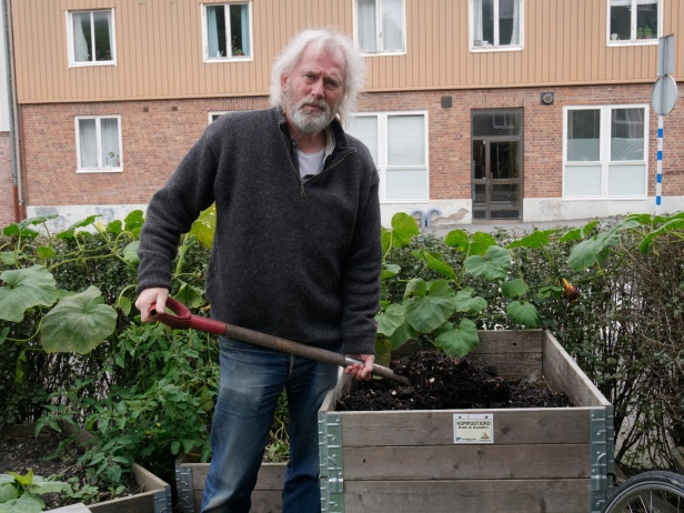 I Majorna i Göteborg driver Leif Strand Kompostbutiken som tar tillvara på boendes matavfall och gör kompost som sedan används i lokala odlingar.