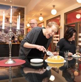 Andreas tar en bit tårta. Foto: Tom Bengtsson, V-TAB