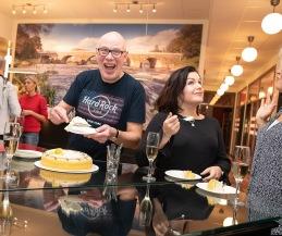 Glada Bernt och Linnea firar Foto: Tom Bengtsson, V-TAB