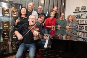 Ensemblen firar vid flygeln Foto: Tom Bengtsson, V-TAB