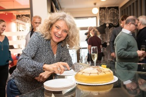 Lena tar en bit tårta. Foto: Tom Bengtsson, V-TAB