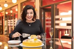 Linnea tar en bit tårta. Foto: Tom Bengtsson, V-TAB