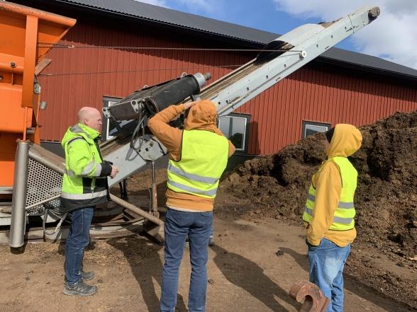 Här finfördelas gödslet, och metallskräp sorteras bort med en stor magnet.