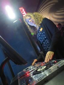 Sara testar rollen som DJ på EMP museum