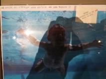 Orginalfotot till Nirvanas Nevermind album. Fotot är inte särskilt bra då bilden låg i en glasmonter. Jag älskar den handskrivna texten uppe i högra hörnet. Man får en bild av diskussionen som måste skett bakom kulisserna när man valde detta ikoniska fotot.