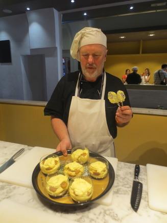 Vår kock och instruktör visar oss hur mår Tiramisu blev.