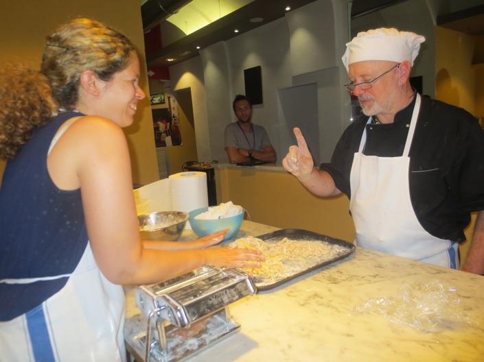 Andrea tycker inte att jag blandar pastan med mjöl på rätt sätt. Jag får göra om och göra rätt!