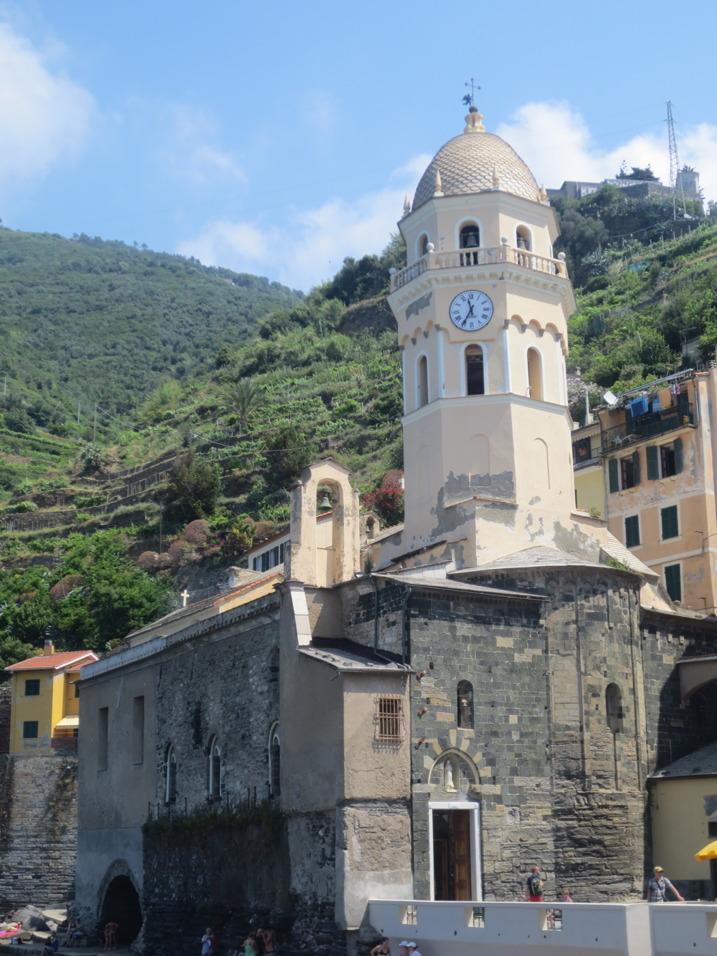 Vacker kyrka i Vernazzas hamn