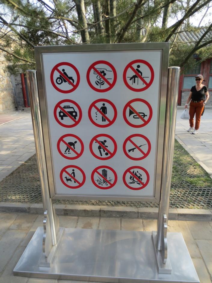 I samma park var det mycket som var förbjudet att göra. Vissa saker är lätta att förstå. Så som ingen fotboll, inga inlines och ingen mopedkörning. Känns lite läskigt att det inte är tillåtet att ha gevär. Betyder det då att du får ha det på andra ställen? Har fortfarande inte förstått vad bilden längst ner i mitten betyder, och undrar hur vanligt det är att folk släpar med sig trumpeter till parker?