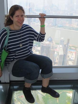 Ännu läskigare var det att promenera omkring på ett glasgolv nästan 500 meter upp i luften.