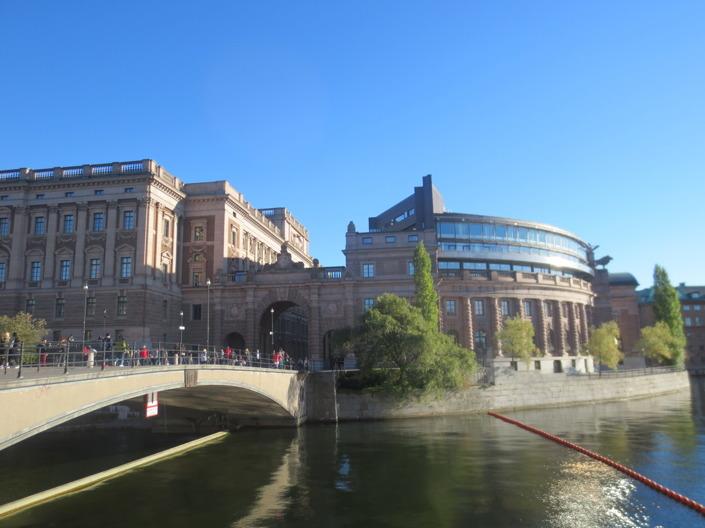 Vi tog en härlig promenad i solskenet. Här promenerade vi förrbi riksdagshuset.