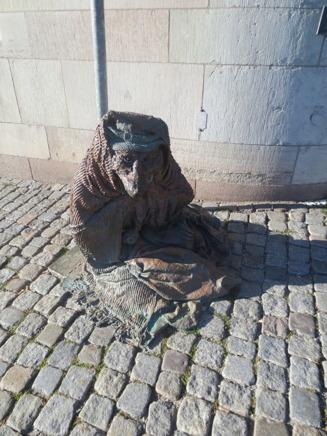 En hemlös räv satt staty nära riksdagshuset