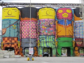 Coola målade silos i Vancouvers  hamnområde
