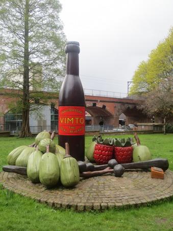 Ett konstverk föreställande en typiskt brittisk dryck som inte riktigt slagit utomlands. Det togs fram som ett alkoholfritt alternativ.