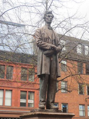 Lincolns present till staden